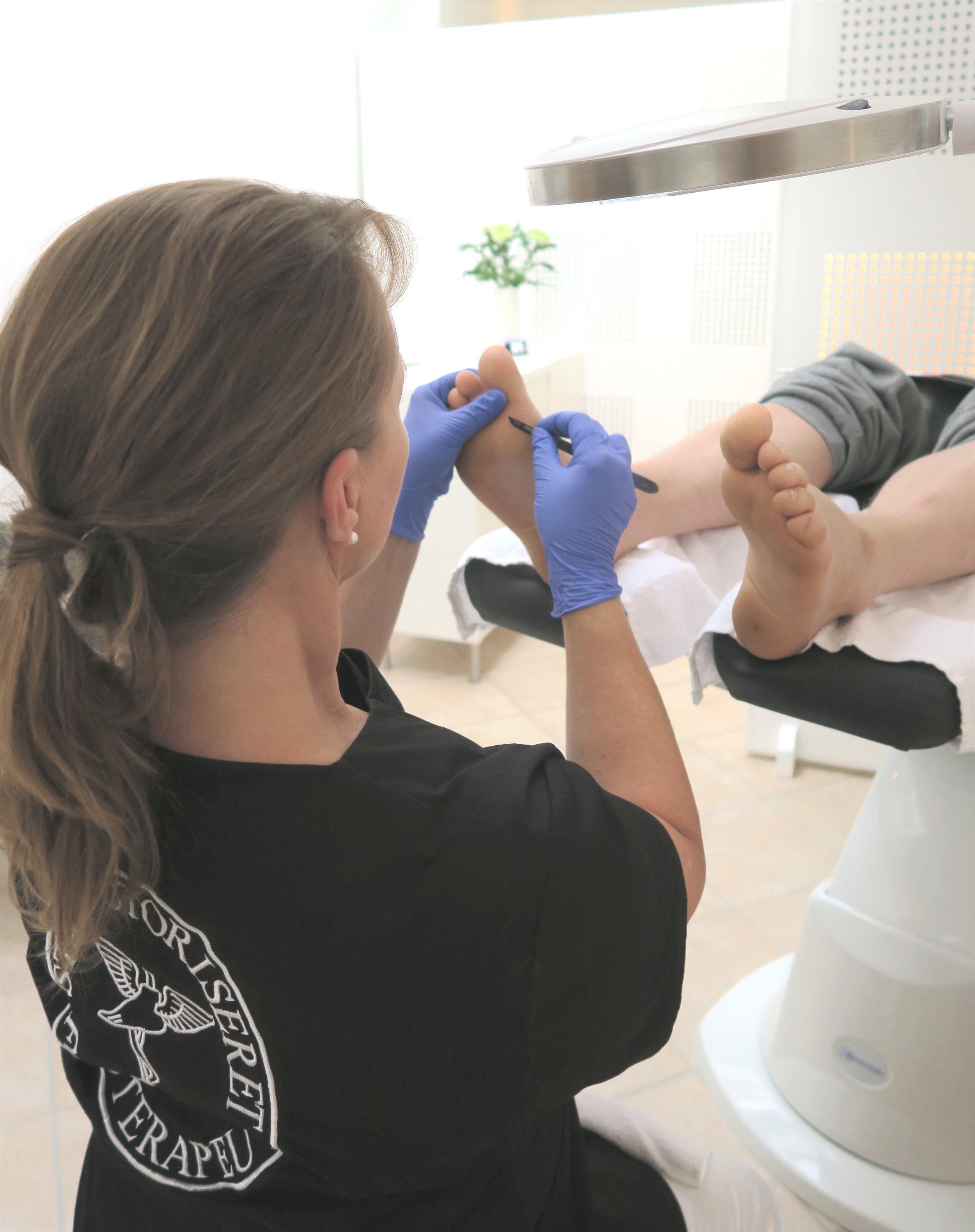 - Fodterapi er for alle. Hvad enten du ønsker at løfte dine fødders generelle sundhed, opleve velvære eller har behov for hjælp til at lindre problemer, så er du altid velkommen i klinikken.Dorthe har som sygeplejerske og statsautoriseret fodterapeut, mange års erfaring med behandling af b.la. gigt relaterede lidelser, kredsløbs-lidelser, diabetes og hudsygdomme.Autorisationen er din garanti for en professionel og sundhedsfaglig behandling af dine fødder.