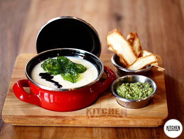 Essen ist ein Bedürfnis, genießen eine Kunst.  Unsere Pastinakensuppe mit Quinoapesto muss man probiert haben😋  #whoisinthekitchen#esslingen#stuttgart#stuttgartfood#food#essen#ludwigsburg#pforzheim#kirchheim#böblingen#vegetarisch#esslingenamneckar#sindelfingen #suppe
