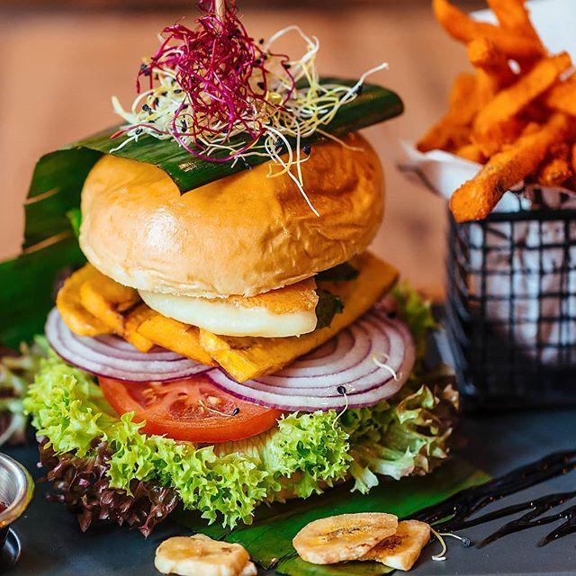 Wusstet ihr eigentlich schon, dass unsere Brötchen täglich frisch gebacken werden? Wir beziehen unsere Buns vom Backhaus Zoller - einem regionalem Backhaus in Esslingen. Natürlichkeit hat dabei die oberste Priorität: Daher werden unsere Brötchen ohne jegliche Konservierungsstoffe hergestellt. Wir sind stolz auf unsere Zusammenarbeit, und hoffen, dass sich das schmecken lässt😇 #whoisinthekitchen #burger #bun #vegetarisch #esslingenfood #esslingen #böblingen #sindelfingen #reutlingen #stuttgart #foodie #stuttgartburger