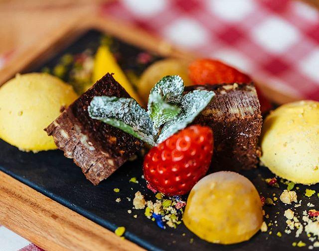 """Dürfen wir vorstellen? Das ist unser """"Veganer Hipster"""" 😋 .  Brownie-Würfel mit Nüssen, Kakao und Datteln, garniert mit Passionsfrucht und knusprigem Crumble  #esslingen #böblingen #food #stuttgart #sindelfingen #foodie #restaurant #dessert #brownie #vegan #veganlife #reutlingen #stuttgartfood #calw #nagold #esslingenfood"""