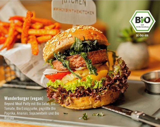 NEU: Ab Donnerstag, dem 11. Juli führen wir unsere neue Bio-Karte ein!🌱 Hierbei stellen wir unser Obst, Gemüse, Limonade, Säfte, Weine, Tee und Kaffee auf Bio um. Somit sind wir eines der ersten Restaurants im Großraum Stuttgart, das BIO-zertifiziert ist!😍 Anlässlich unserer Umstellung auf Bio Produkte möchten wir unseren neuen WUNDERBURGER vorstellen. Unser Wunderburger ist vegan und besteht aus veganem Beyond Meat, marktfrischem Bio Salat, Bio Tomate, Bio Essiggurke, gegrillte Bio Paprika, Ananas, Sojazwiebeln und gebackene Bio Rucola. Wir steigen aus Überzeugung zu den Bio Produkten um und wollen euch somit ein besseres Geschmackserlebnis bieten💚  #kitchengoesbio #whoisinthekitchen #esslingen #esslingenamneckar #stuttgart #böblingen #sindelfingen #esslingenvegan #stuttgartvegan #herrenberg #ludwigsburg #stuttgartfood #flugfeld #motorworld #vegan #burger #veganburger