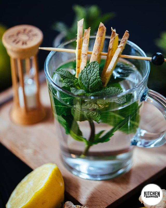 Kennt ihr schon unseren frisch gebrühten Bio Tee? Ab sofort könnt ihr euren Tee frisch und ganz nach eurem Geschmack genießen!😇 Den Bio-Tee könnt ihr nämlich mit frischen Zutaten am Tisch selbst zubereiten! Zu jedem Tee gibt es außerdem eine Sanduhr, welche euch die perfekte Ziehzeit verrät!❤ #whoisinthekitchen#esslingen#esslingenamneckar#böblingen#stuttgart#0711#stuttgartbio#sindelfingen#vegan#germany#badenwürttemberg#herrenberg#göppingen#stuttgartfood