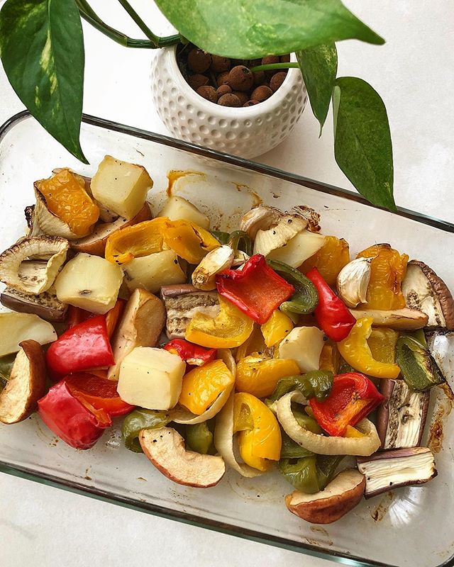 We're BACK with some beautiful, juicy ROASTED VEGETABLES! The easiest to cook (just throw them in the oven) which makes them fuss-free, perfect meal prep food 😛 I used my go-to dressing of maple syrup, mustard, liquid aminos and lemon juice. Salty, sweet AND tangy! Easy peasy lemon squeezy anyone? 🍋🍋😛