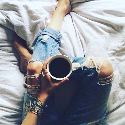 This weather is not doing anything for my mood, or so I'm blaming it on that! It's essential to have some time out.. so you will find me here 🙋♀️ . . . . . #emmabeauty #london #relax #unwind #natural #greenbeauty #skincare #facial #beauty #coffee #skincareblog #blog #wellbeing #routine #rainydays #may #spring #jeans