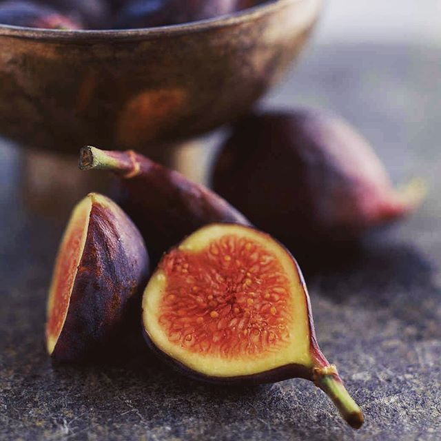 F I G S- they have SO many health benefits, not only are they super yummy but they are a great source of fiber and help control blood sugar levels.  In some traditional medicines, figs are used to treat a variety of skin conditions such as eczema. A little beauty hack, they can also be used as a mask ✨simply mash the fig with a tablespoon of natural yogurt- Your skin will feel silky smooth in no time. Skincare doesn't always need to cost a small fortune 🌟 . . . . . #emmabeauty #beauty #london #skincare #routine #greenbeauty #organic #figs #masks #fibre #controlbloodsugarlevel #blog #blogger #beautyblogger #unwind #relax #wellbeing #eczema #facials #wandsworth #earlsfield
