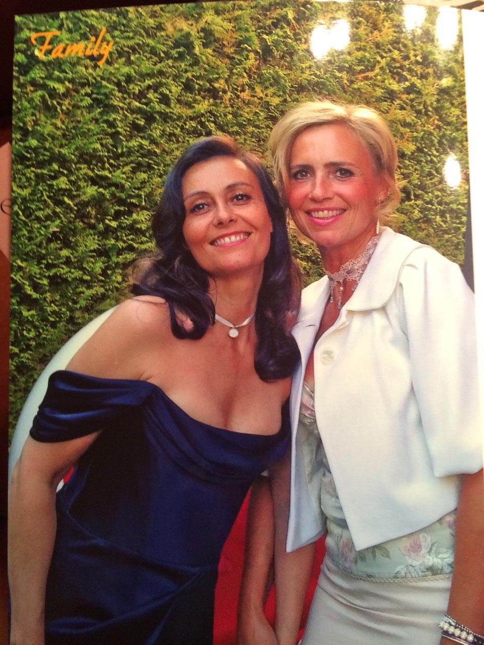Nina Schwartz - gold Kleid.jpg
