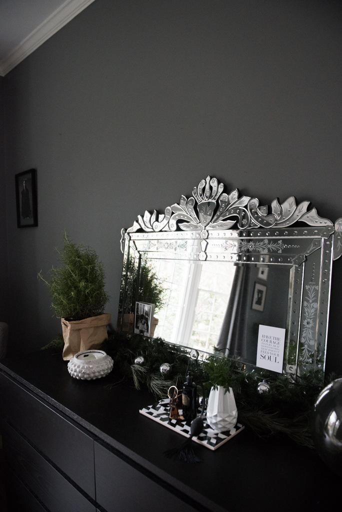 Christmas Master Bedroom    House of Valentina-7.jpg