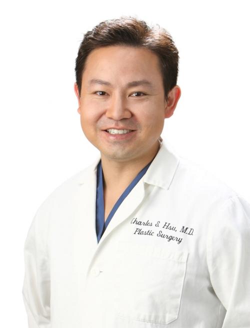 认识徐医生 - 徐医生首先是一位胸部整形专家,他擅长的胸部手术包括丰胸术、胸部提升、胸部再塑等,除此之外,他也是一位面部轮廓专家:在眼部手术、鼻部整形、面部拉皮、额头、苹果肌、下颏假体及头部假体填充等操作中也表现非常优秀。通常在面部和颈部拉皮手术时,徐医生会采用方法相对保守但又能呈现自然效果的手术操作方式,这样的结果满意度是极高的。有时候患者想要来做手术,但如果医生认为她实际上不需要动刀,其他的方式就可以解决问题,于是便会推荐手术以外 - 脂肪填充、玻尿酸注射或者激光镭射的方式,因为这样能帮助患者达到一种即使是用每动刀也有自然变年轻的效果。徐医生一直强调,高质量整形手术的目标,一定是在帮助患者恢复年轻容颜的同时,提供给他们足够的爱心与关怀,这种人性化的理念在当今社会是很难做到的,所以,这也是他获得高口碑、赢得众人心的重要因素。