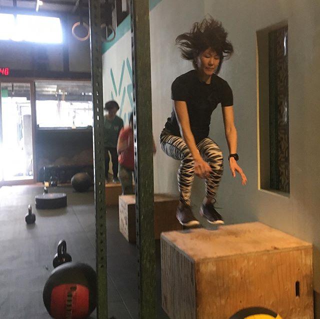 Terasu Yoga #terasuyoga 🧘🏻♀️のユカ先生、最近朝のクラスに参加しています。やっぱり朝一は気持ちいいですよねー❣️ . 今日のメニューを見たらゾッとしましたやん!苦手のウォールボールとボックスジャンプ、それとケトルベルをそれぞれ50回、40回、30回、20回と10回の繰り返し。😵😵😵 . ユカ先生は爆発的に50回連続ウォールボール、猛スピードで第1ラウンドを完了。 40分の時間制限の内、23分代で見事に終了。 . ホビット親子🧒🏻🧓🏻は後を追っかけて36分代でやっと終わり。ウォールボールに負けそうやったけど、チビたちもなんとかできました〜〜。😭😭😭 . ユカ先生👩🏻、良い成績おめでとうございます🎊🎉! このワークアウト、アキ先生 🧘🏻♂️ @terasu_aki  にもやってもらいたいなぁ〜〜!お忙しいと思いますけど、早く帰って来てくれやす‼️🙏🏻 . #クロスフィット #crossfit  #フィット  #フィットネス  #トレーニング  #ワークアウト  #ボディメイク  #筋トレ #workout  #fitness #クロスフィット松柏  #京都 #crossfitshohaku  #kyoto  #crossfitinkyoto  #京都でクロスフィット  #クロスフィットは誰でもできる #anyonecandocrossfit #improvingmyself #自分と向き合う #健康になりたい #resistancetraining #レジスタンストレーニング #クロスフィット女子 #強い女性は美しい #crossfitwomen #strongwomenarebeautiful