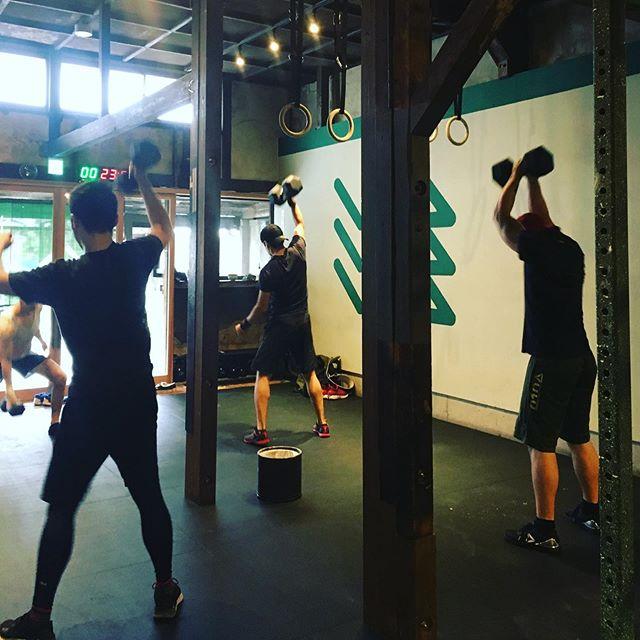 早朝クラス🌞。今日は若い男子ばっかり。👦🏻👦🏻👱🏻♂️👱🏻♂️ . ペースを合わせてある男子はダンベルダンス🕺🏻🕺🏻🕺🏻🕺🏻しているみたい〜〜。 . #クロスフィット #crossfit  #フィット  #フィットネス  #トレーニング  #ワークアウト  #ボディメイク  #筋トレ #workout  #fitness #クロスフィット松柏  #京都 #crossfitshohaku  #kyoto  #crossfitinkyoto  #京都でクロスフィット  #クロスフィットは誰でもできる #anyonecandocrossfit #improvingmyself #自分と向き合う #健康になりたい #resistancetraining #レジスタンストレーニング