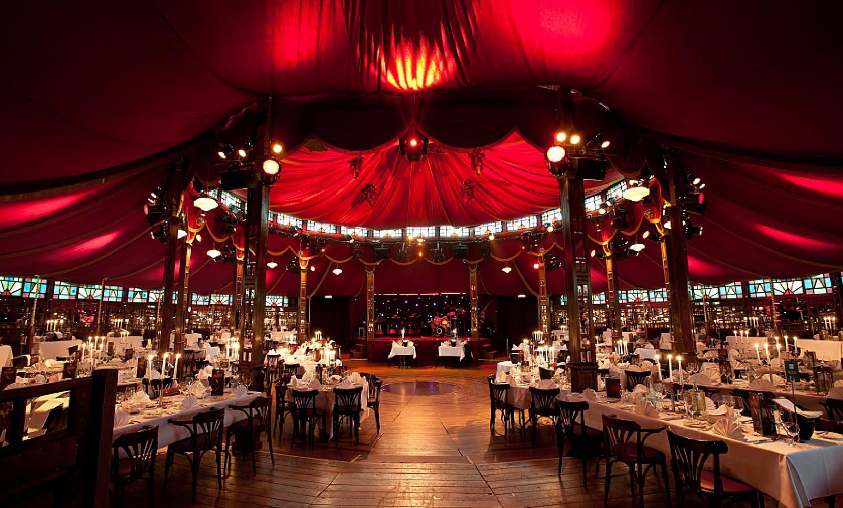 Het_Spiegelpaleis-The_Caroussel_interior1.jpg