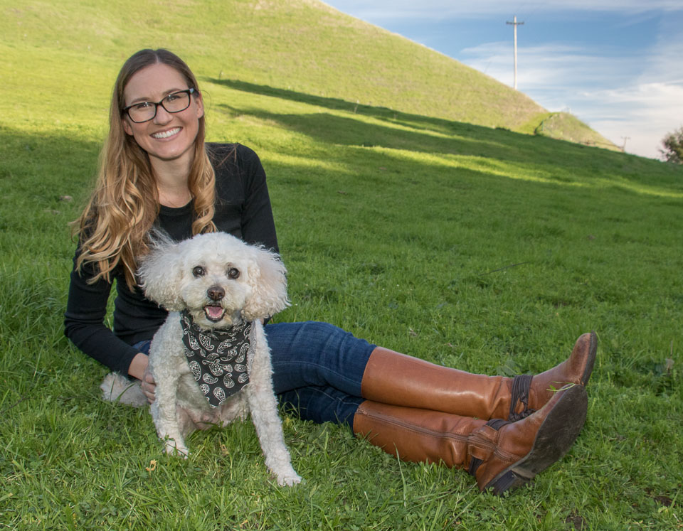 - Blue jeans and brown leather boots look really good against green grass. The lack of patterns, flashy colors or logos keeps the eye on what's important – the person and her dog.
