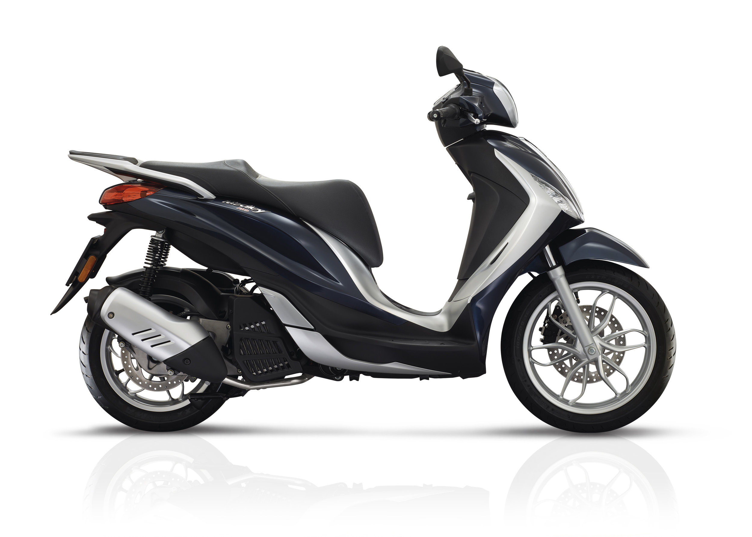 Piaggio Medley 125 equipped lateral dx 09.jpg
