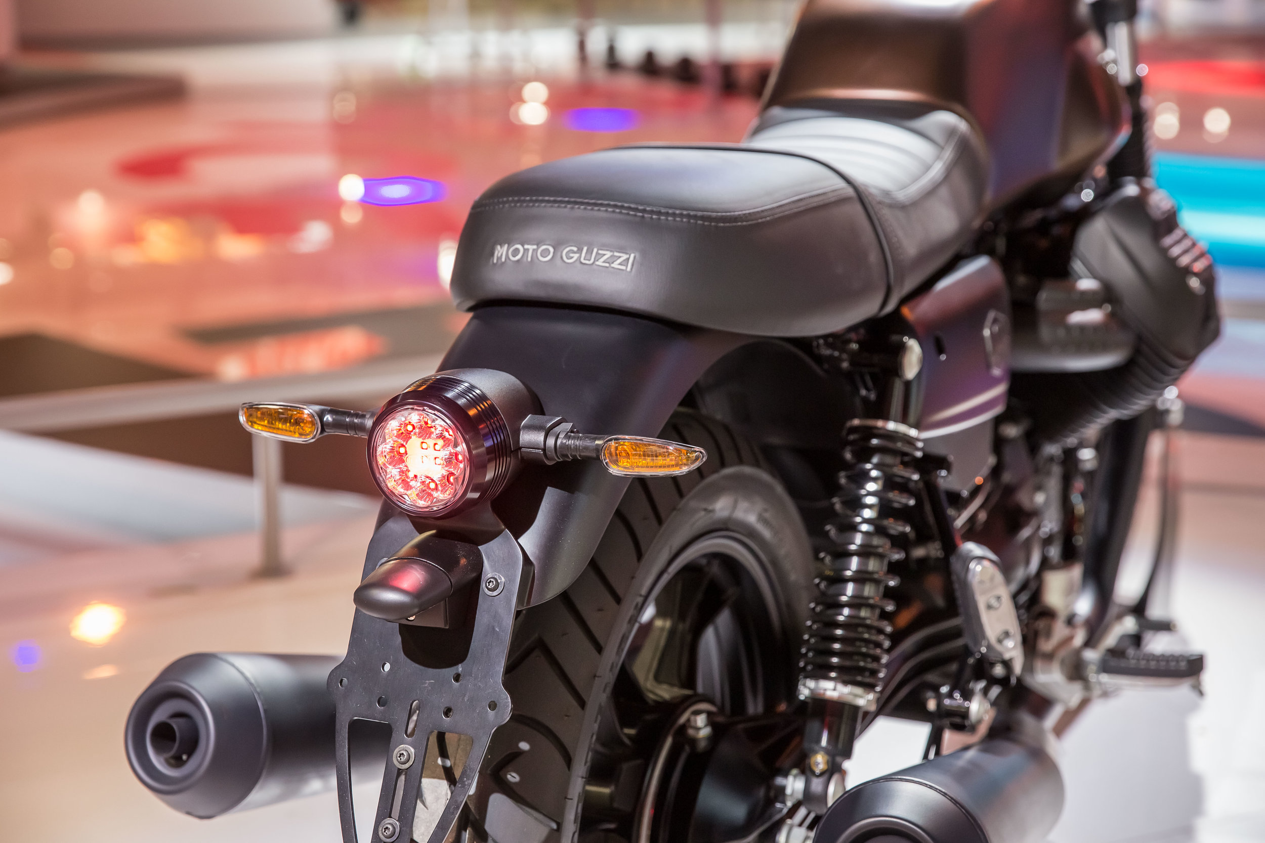 10-eicma-2018-mg-v7iii-stone-night-pack.jpg