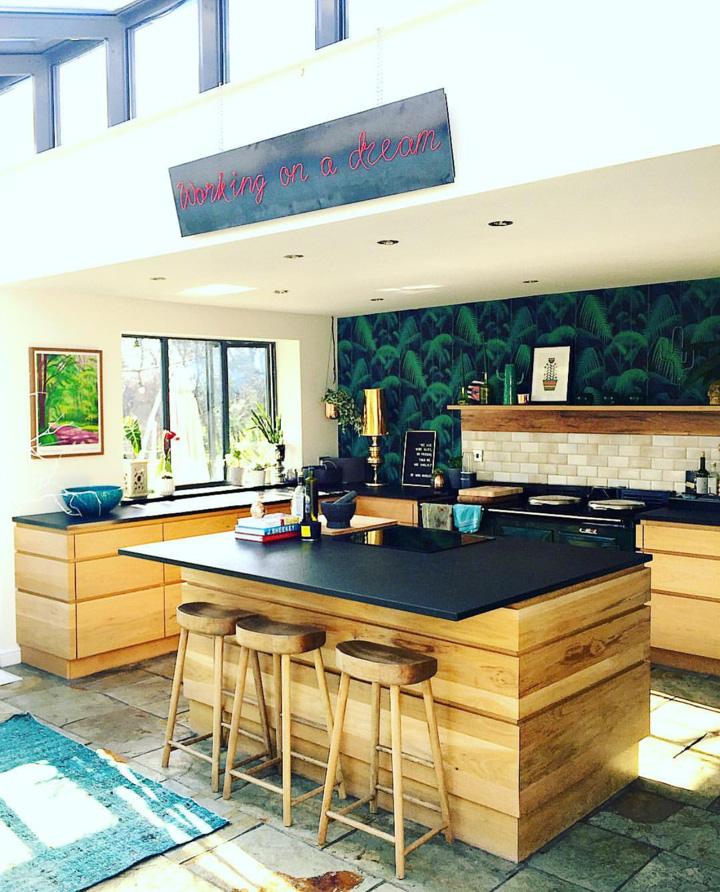 Neon art in @thisstyle_rocks kitchen