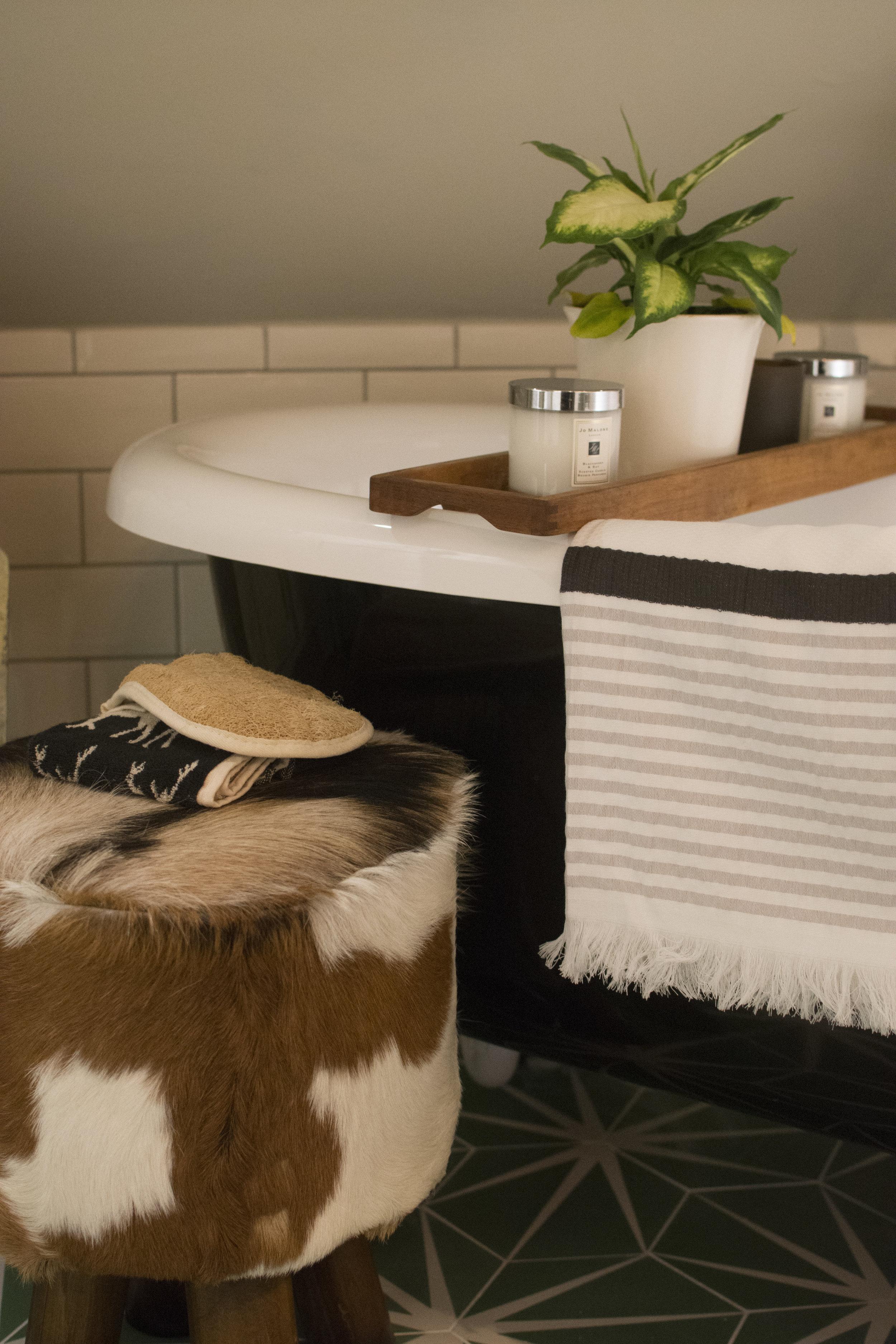 The Maroc towel hung over my bath tub.