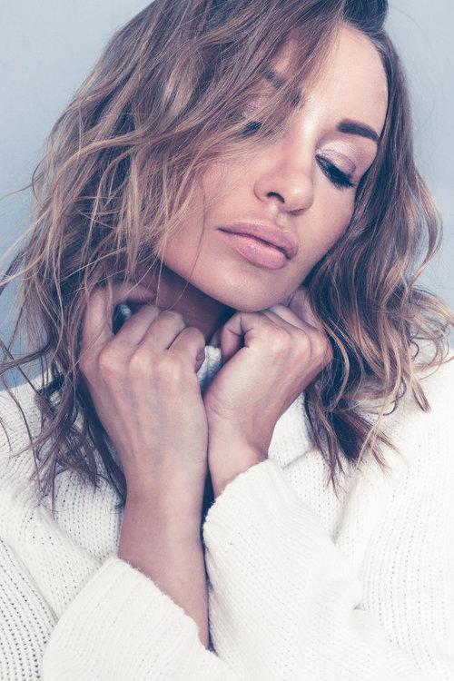 amora_beauty_studio_home_woman_fashion_model_sweater_miami.jpg