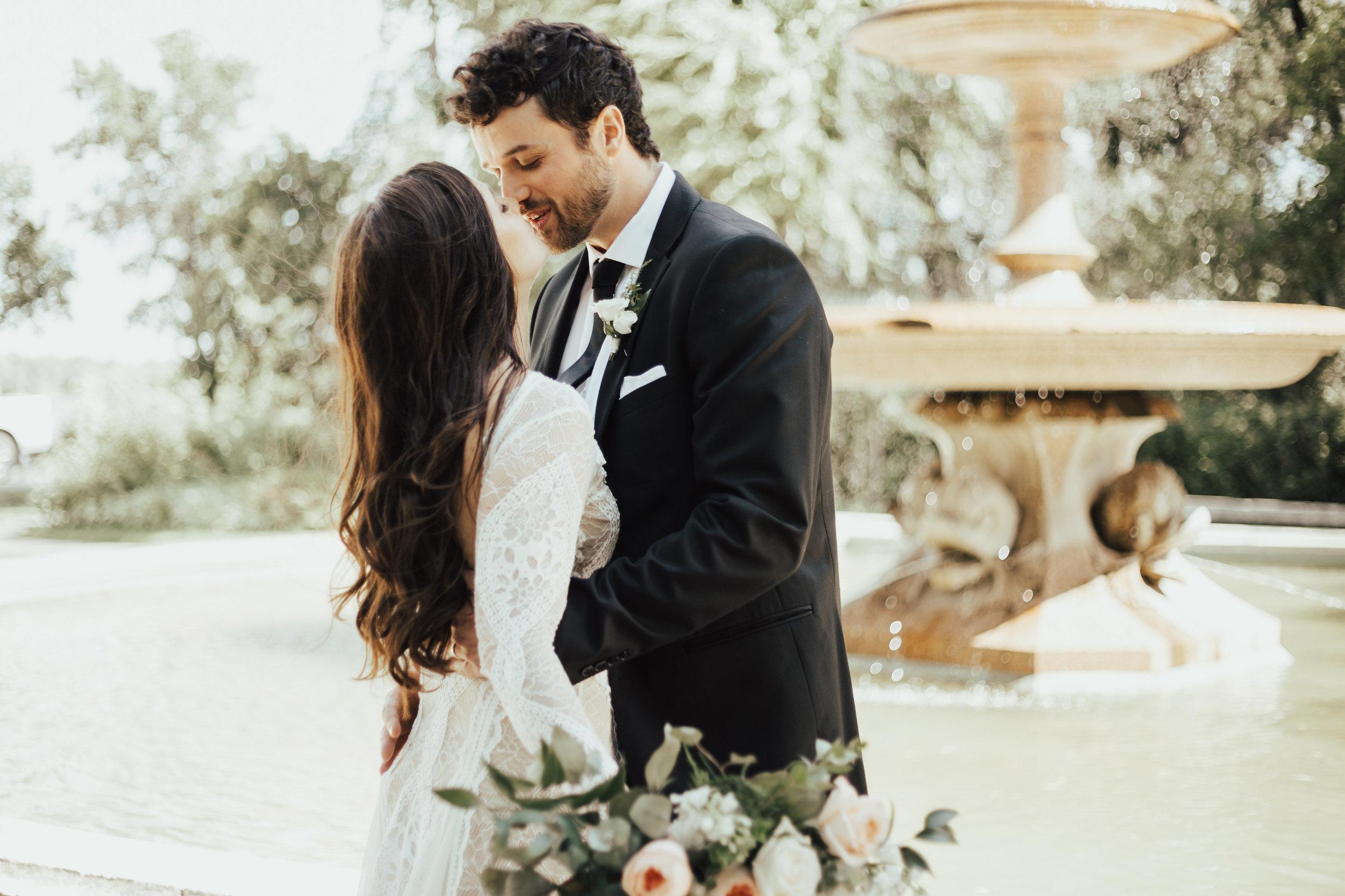 Fountain wedding kiss