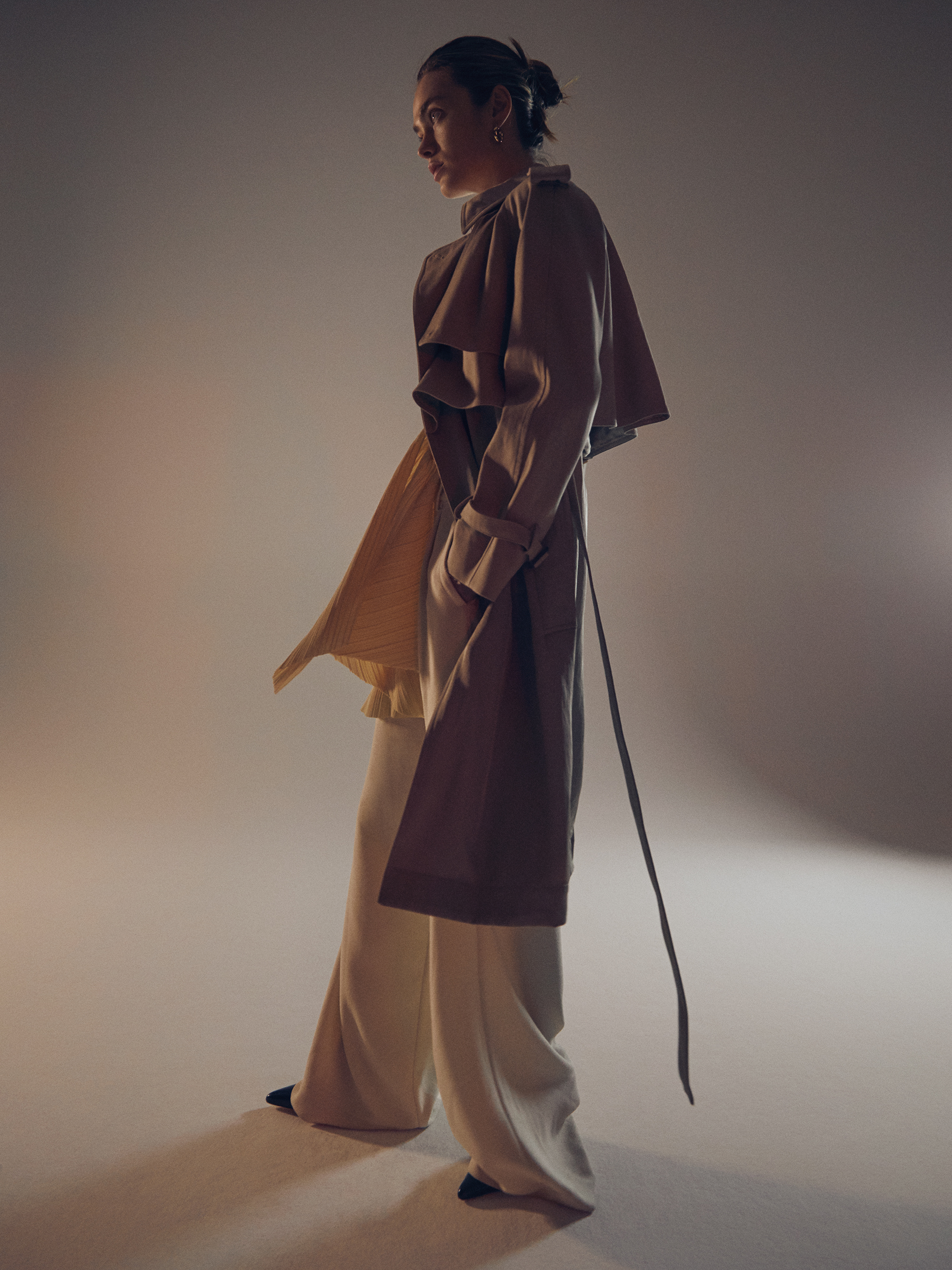 Trench  Arket . Trousers  ESSENTIAL ANTWERP . Pleated top  &other stories . Shoes  Balenciaga