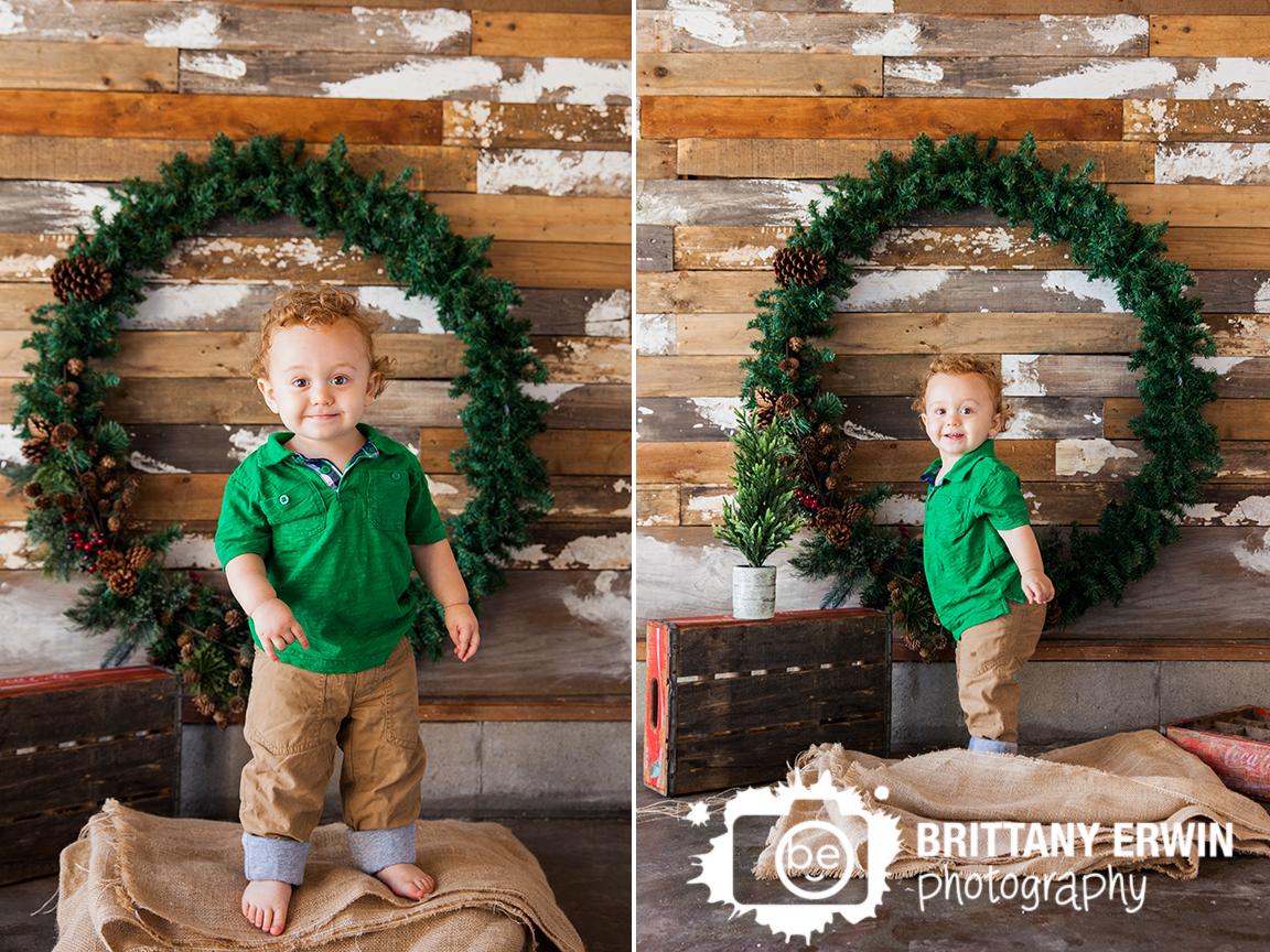 Indianapolis-christmas-mini-portrait-sessions-studio-photographer-rustic-wreath.jpg