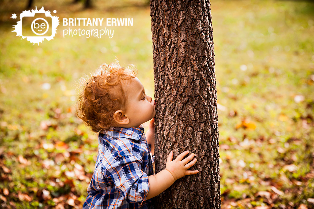Indianapolis-child-portrait-photographer-kiss-tree-sweet-baby-boy.jpg