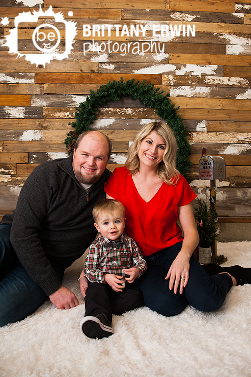 Indianapolis-studio-christmas-portrait-photographer-family-with-wreath.jpg