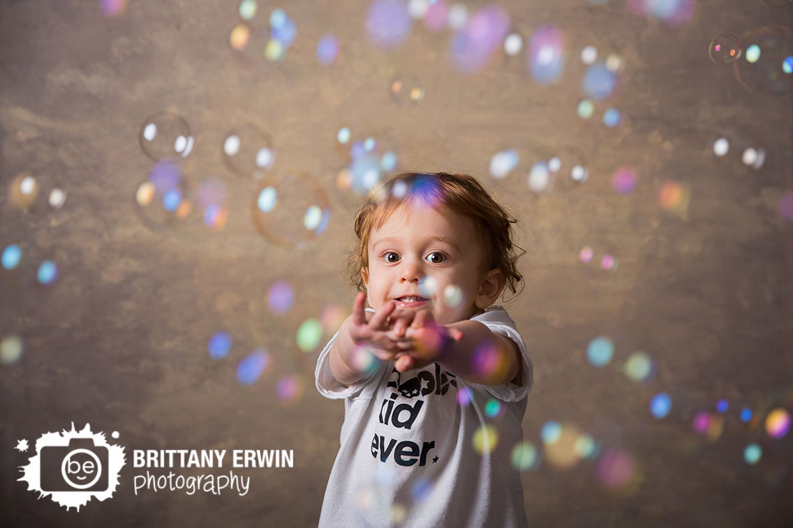 Indianapolis-studio-portrait-photographer-bubble-machine-toddler-play-birthday.jpg