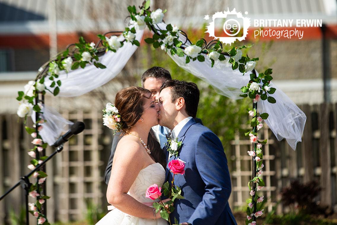 Columbus-Indiana-outdoor-wedding-ceremony-photographer-elks-lodge-first-kiss.jpg