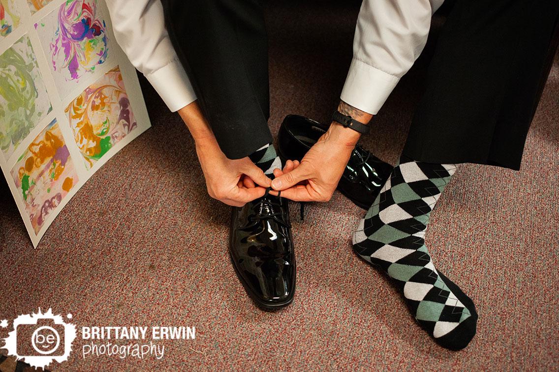 Indiana-art-sanctuary-wedding-photographer-groom-tying-shoes-argile-socks.jpg
