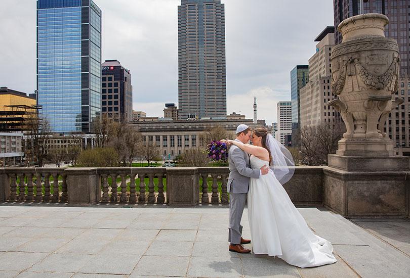 Downtown-Indianapolis-bridal-portrait-couple-skyline.jpg