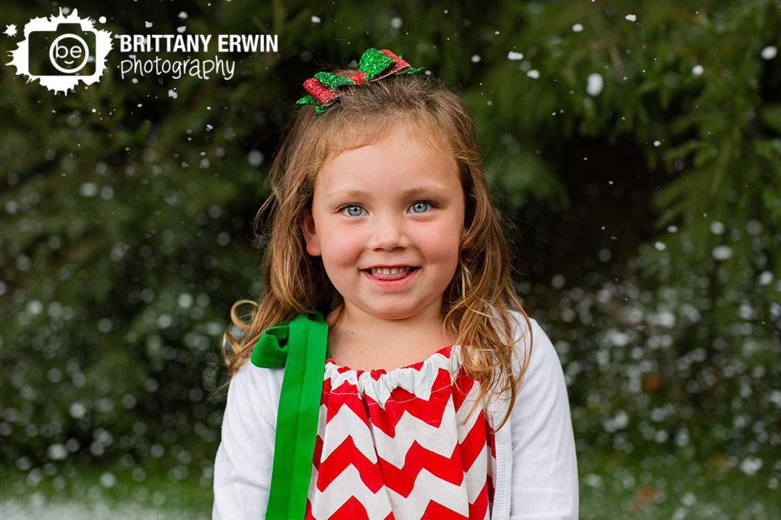 Indianapolis-portrait-photographer-sparkle-red-green-christmas-bow-winter-snow.jpg