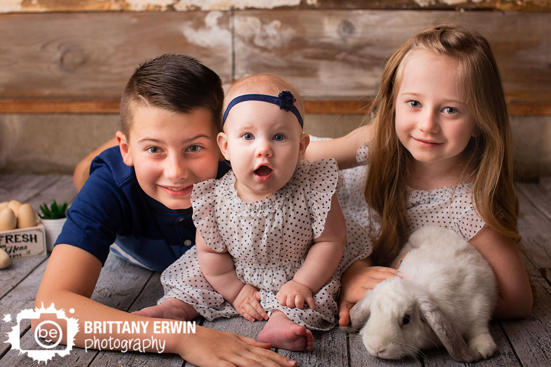 Indianapolis-portrait-photographer-siblings-with-bunny.jpg