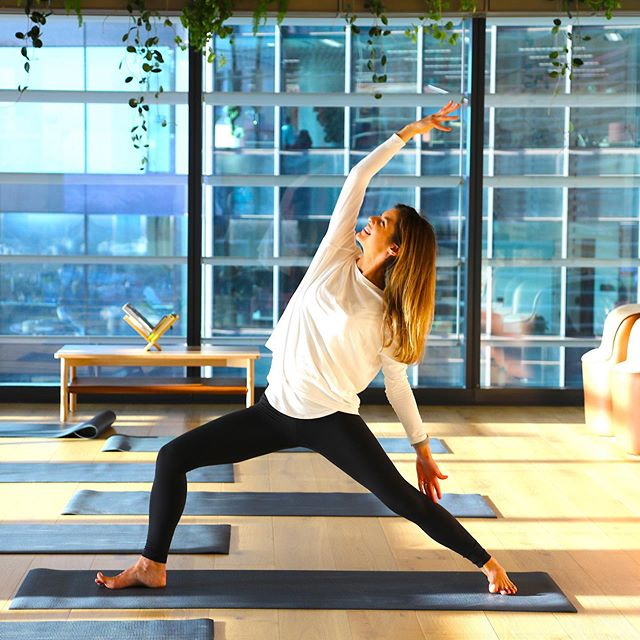 I love leading restorative yoga classes, especial when they over look the stunning sunset on Sydney Harbour ✨ Creating the space to slow down, unwind and be still with yourself is SO important and the perfect way to end the day! 🧘🏻♀️❤️🙏 #sunsetyoga #sydneyyoga #restorativeyoga #sydney #barangaroo #yogagirl #yogawithaview