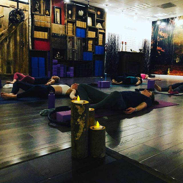This is how you end a day... Spacious yoga room @hardyoga @modernholistics #hardyoga #lifeofayogi #yogateachers #yogainspiration #geton yourmat #yogaeverywhere #huntingtonbeachyoga #huntingtonbeachlife #yogagirl
