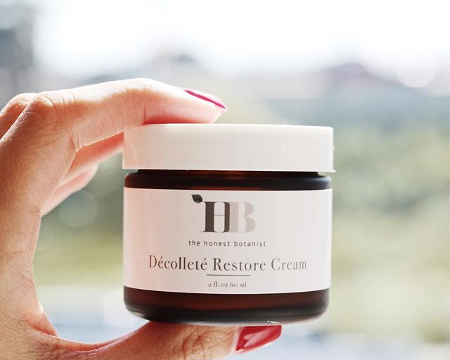 Are you a side sleeper? Are you interested in stopping aging in its tracks? Do you want to reverse the aging that's already started to creep in? Our Décolleté Restore Cream is specially formulated to help reduce wrinkles, prevent signs of aging, and stop new wrinkles in their tracks ✋🏽 all while you sleep 💤 shop now! Only $30 🌱