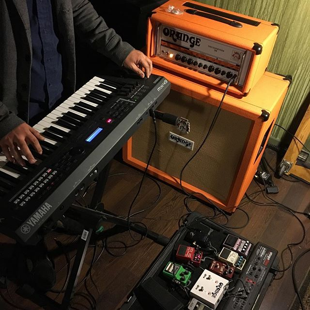 @run_rabbit_run_ running @yamahamusicusa #MX49 keys thru his fresh @orangeamplifiers #thunderverb and pedals. #midnightmotives