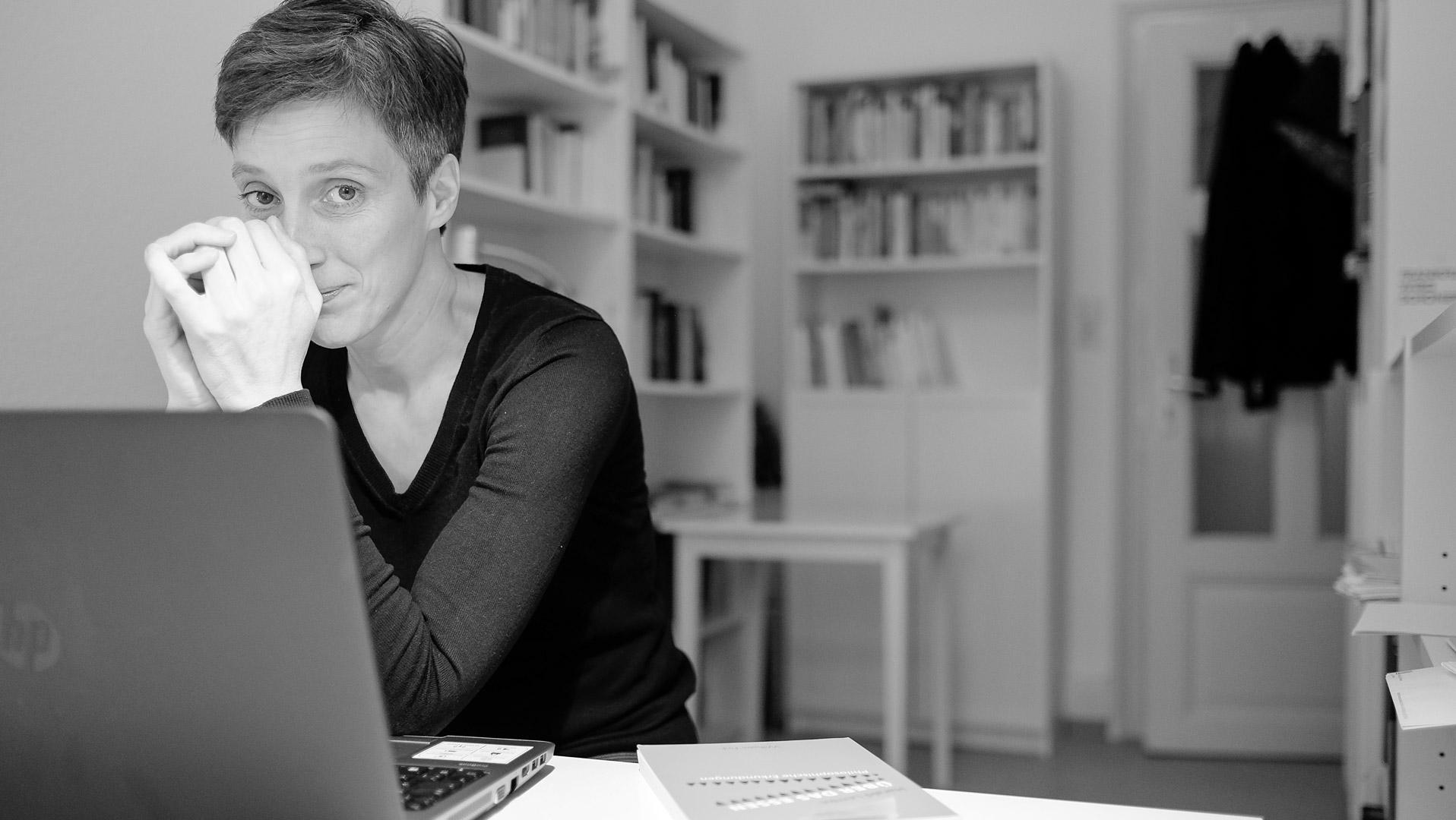 Hallo, ich bin Anne. Ich entwickle Konzepte, Manuskripte und Gestaltungen für Sachbücher. Zu meinen Kunden zählen renommierte Experten aus Wirtschaft und Medizin. Die von mir betreuten Sachbücher erscheinen in Verlagshäusern wie Campus, Heyne, Gabal oder Edel. Und in Bestseller-Listen.