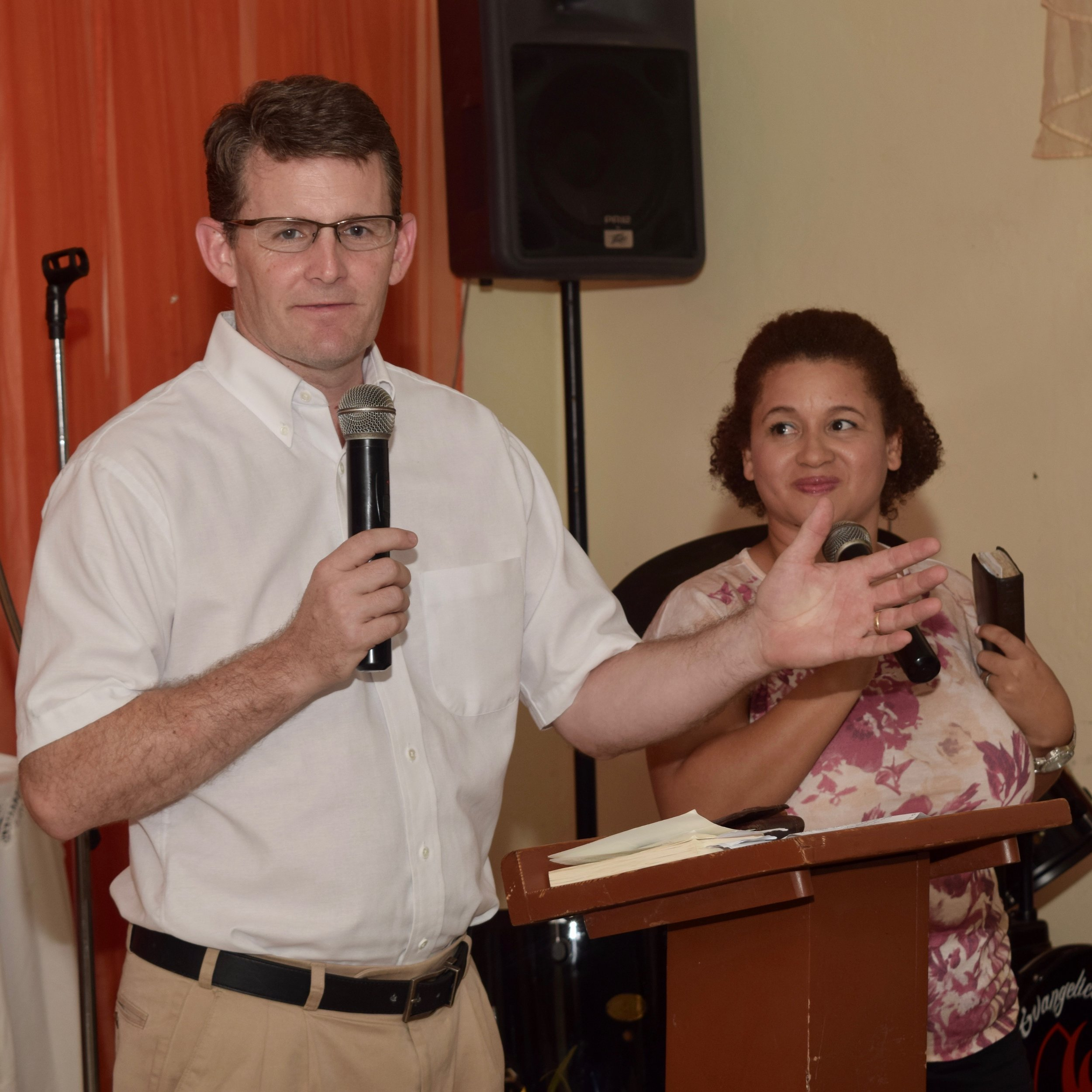 Concord Baptist Association Director of Missions Dr. Kevin Minchey preaches at Juan 3:16 in Los Asises.