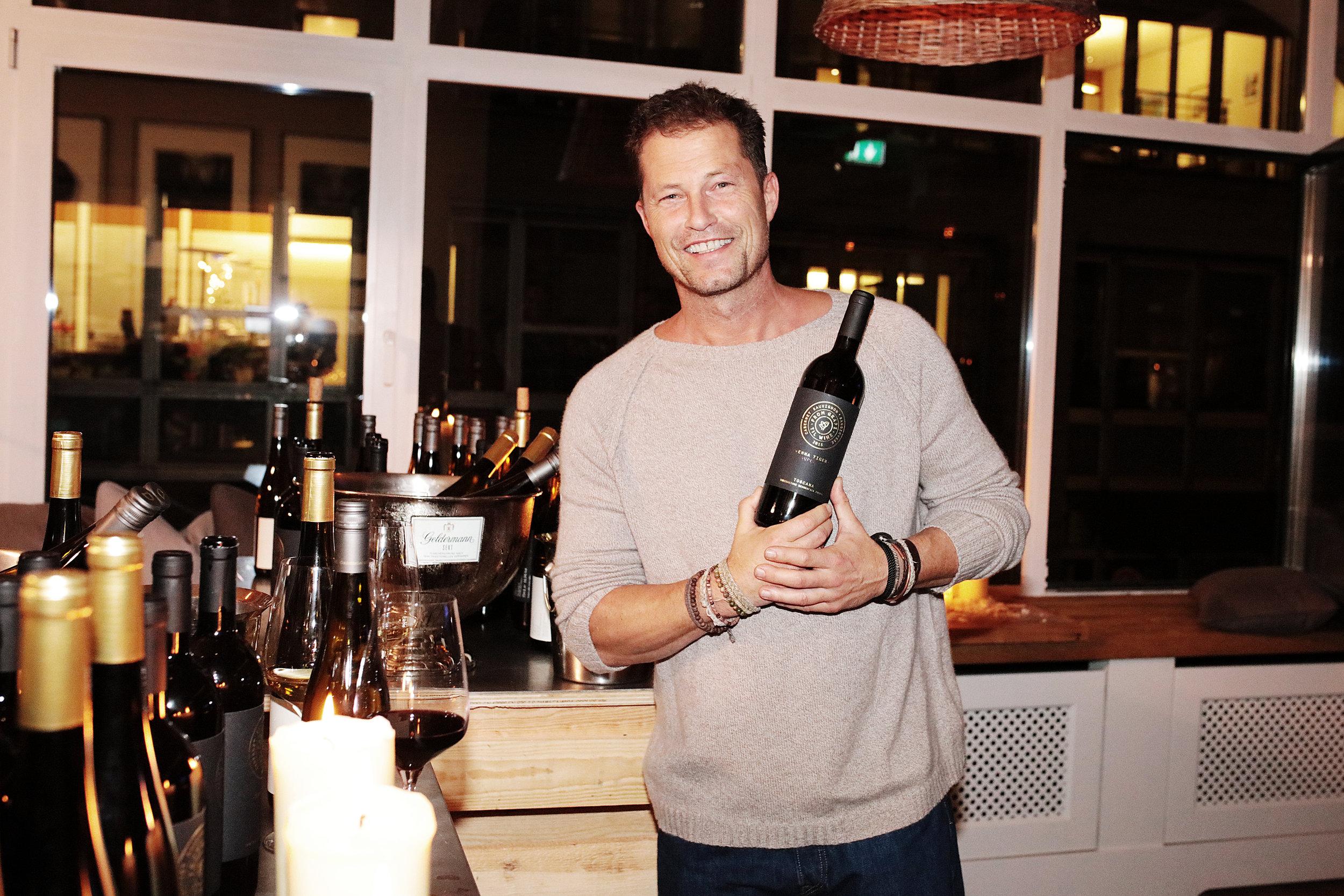 1. Til Schweiger mit einem seiner drei neuen Weine, dem Emma Tiger Super T – C. Sauvignon. Ab heute online bestellbar unter www.hawesko.de:from-grape-til-wine ©Nina Stiller.jpg