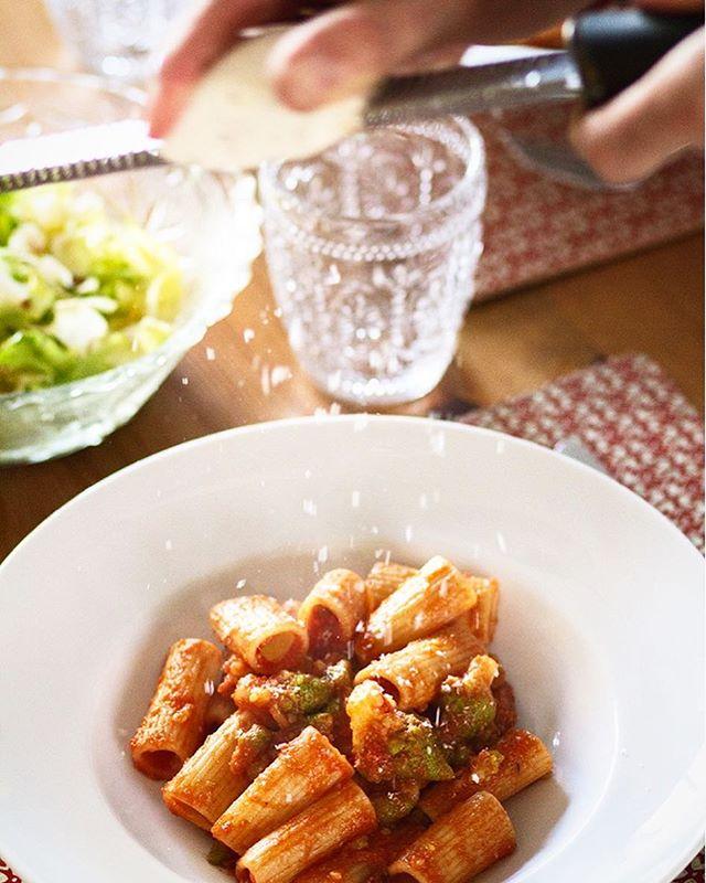 La vuelta al cole es dura pero se puede hacer más llevadera con un rico plato de pasta, no? 😁 Te propongo uno de mis platos preferidos con una salsa de tomate, romesco o brécol, anchoa y panceta... no me digas que no se te está haciendo la boca agua! 🤤 • Corre a ver la receta en el IGlink de mi perfil • #nuevareceta #thefoodmoodblog #pasta #recetasdepasta #cocinaitaliana #recetasfaciles #romanesco #guanciale • https://www.the-food-mood.com/recetas/tortiglioni-con-romesco