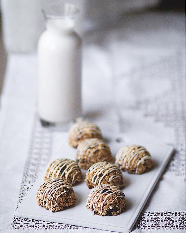 Sueñas con volver a la normalidad tras las Navidades? Te lo pongo fácil con estas trufas de granola. Como todo lo que se prepara en esta cocina son rápidas, fácilles y sobre todo happily home-made! Pruébalas y cuéntame qué te parecen :-) • Sigue el IGLink en mi perfil • #thefoodmoodblog #recetasfaciles #nuevareceta #happilyhomemade #recetascaseras #granola #trufas #chocolate #semillasdechia #homemadecooking #easyrecipes #healthy #healthycooking #healthysweets #dulcessanos #vegetariano • https://www.the-food-mood.com/recetas/trufas-de-granola