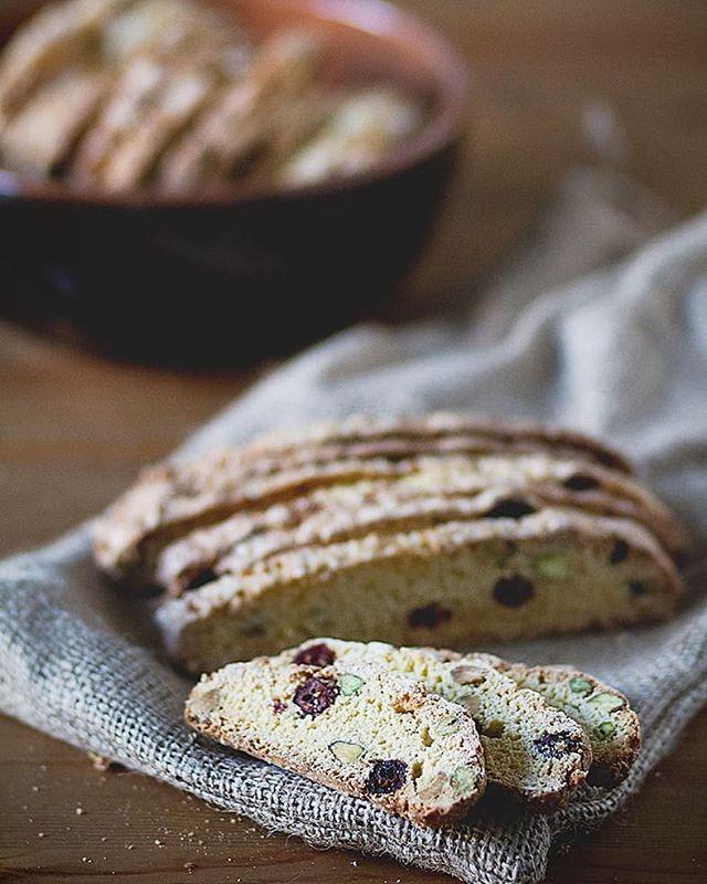 Has probado alguna vez a hacer #biscotti , #cantucci o #carquinyolis ? no? pues te dejo una de mis recetas favoritas, unos biscotti super originales con #pistachos y #cerezas Fáciles y que se conservan estupendamente. •  Sigue el IGlink para acceder rápidamente a la receta 😊 •  #galletas #thefoodmoodblog #nuevareceta #realfood #realfooder #recetasfaciles #desayunosymeriendas •  https://www.the-food-mood.com/recetas/biscotti-de-pistachos-y-cerezas