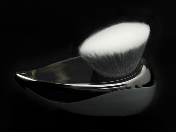 KABI ANGULAR 820 - Perfect foundation brush, ideal for body and face painting, the special synthetic bristle delivers a smooth and even application. It buffs and applies any cream, liquid, powder, water based or grease makeup. The super-soft brush is allergen free and cuts down on working time.