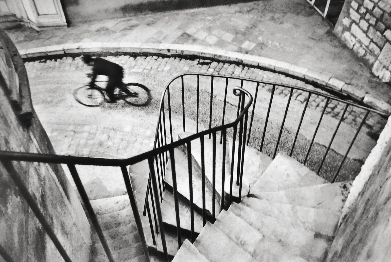 henri cartier-bresson, Heyeres France  1932. ©Henri Cartier-Bresson/Magnum Photo. Courtesy Peter Fetterman Gallery.