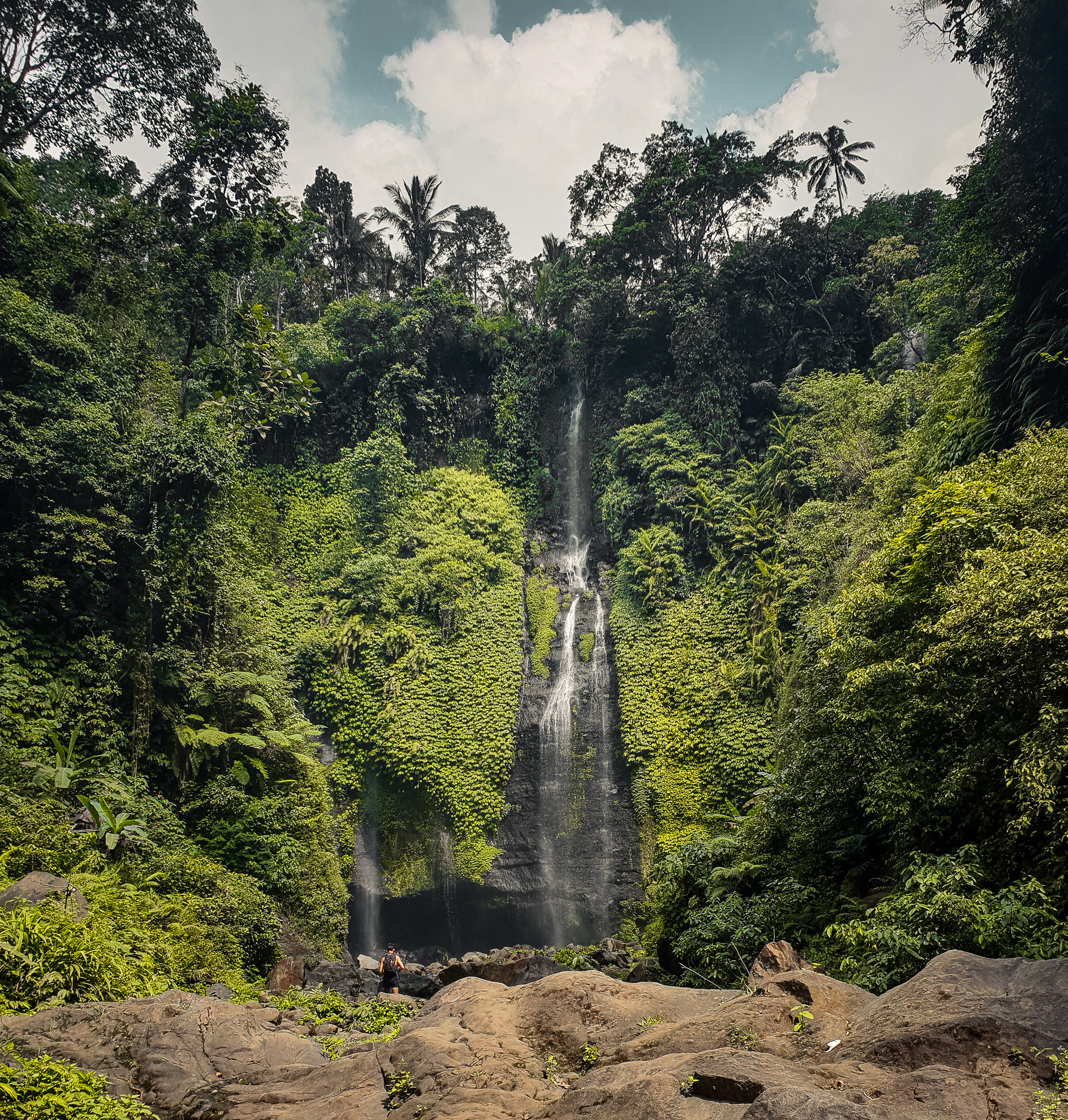 Fiji waterfall - Fiji waterfalls also known as Triple waterfall or Lemukih waterfall, Lemukih Waterfall is very unique because it consists of three waterfalls. Waterfall on the far right is the most high, with a height of about 50 meters. The highest waterfall is accompanied by two small waterfall on the left side. Under the highest waterfall, there is a pool that is wide enough and you can swim there.