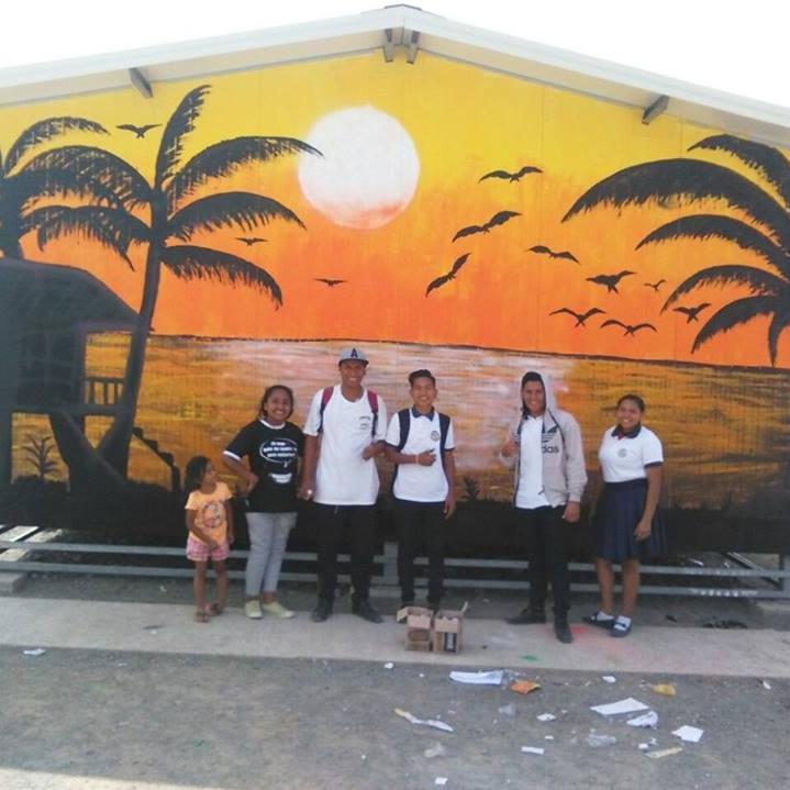 CANOA CLUB DE ARTE - FDC pareja con Alégrate Canoa para ofrecer clases de arte cada semana en el colegio local. Los miembros del club de arte organizan proyectos de murales, guiados por artistas profesionales, en que los jovenes diseñan y pintan murales en su comunidad para embellecer las calles, generar un interés en el arte y luchar contra la delincuencia.