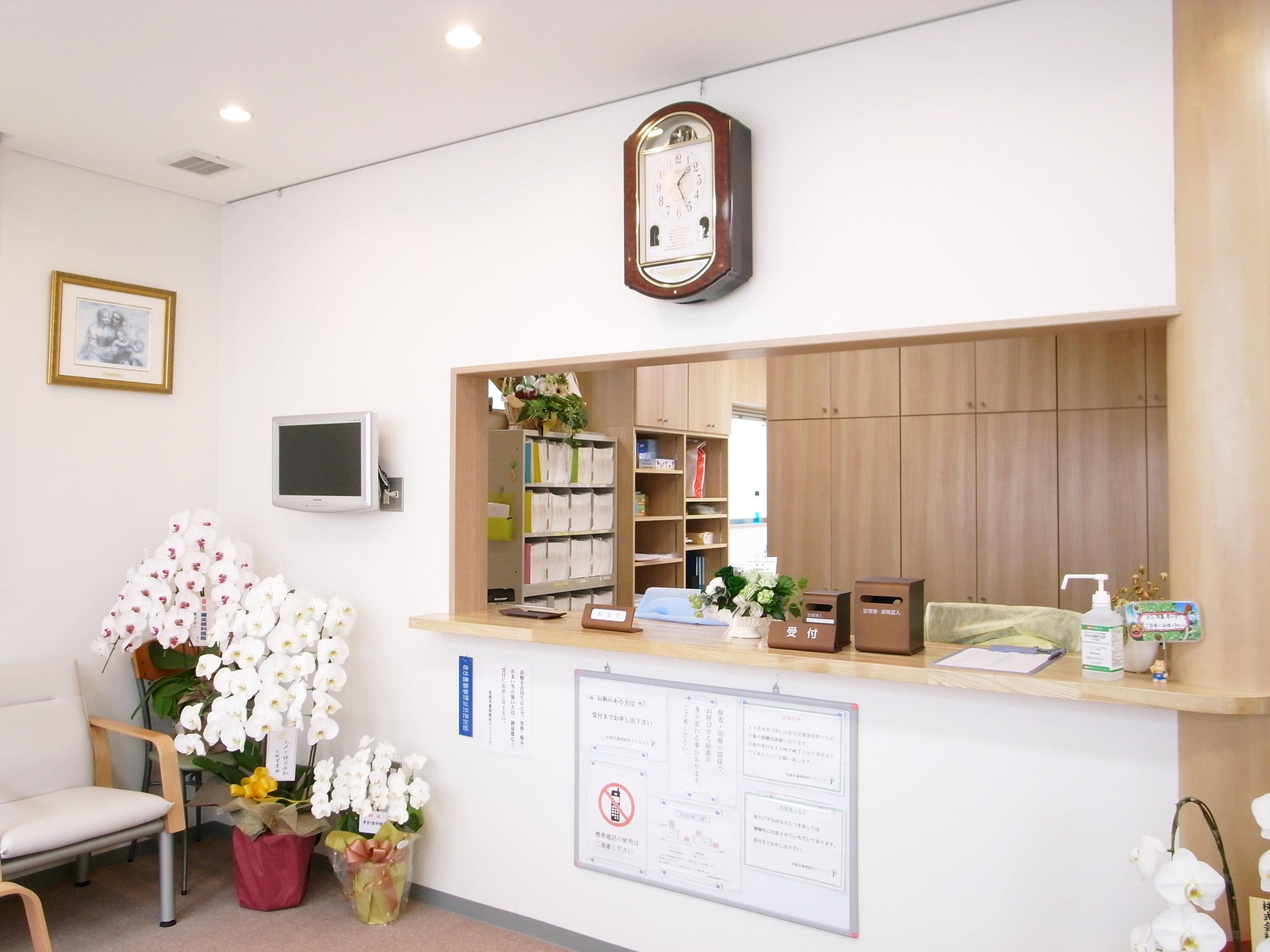 クリニック受付   白を基調とした清潔感溢れる空間です。 電子カルテ完備により迅速に対応します