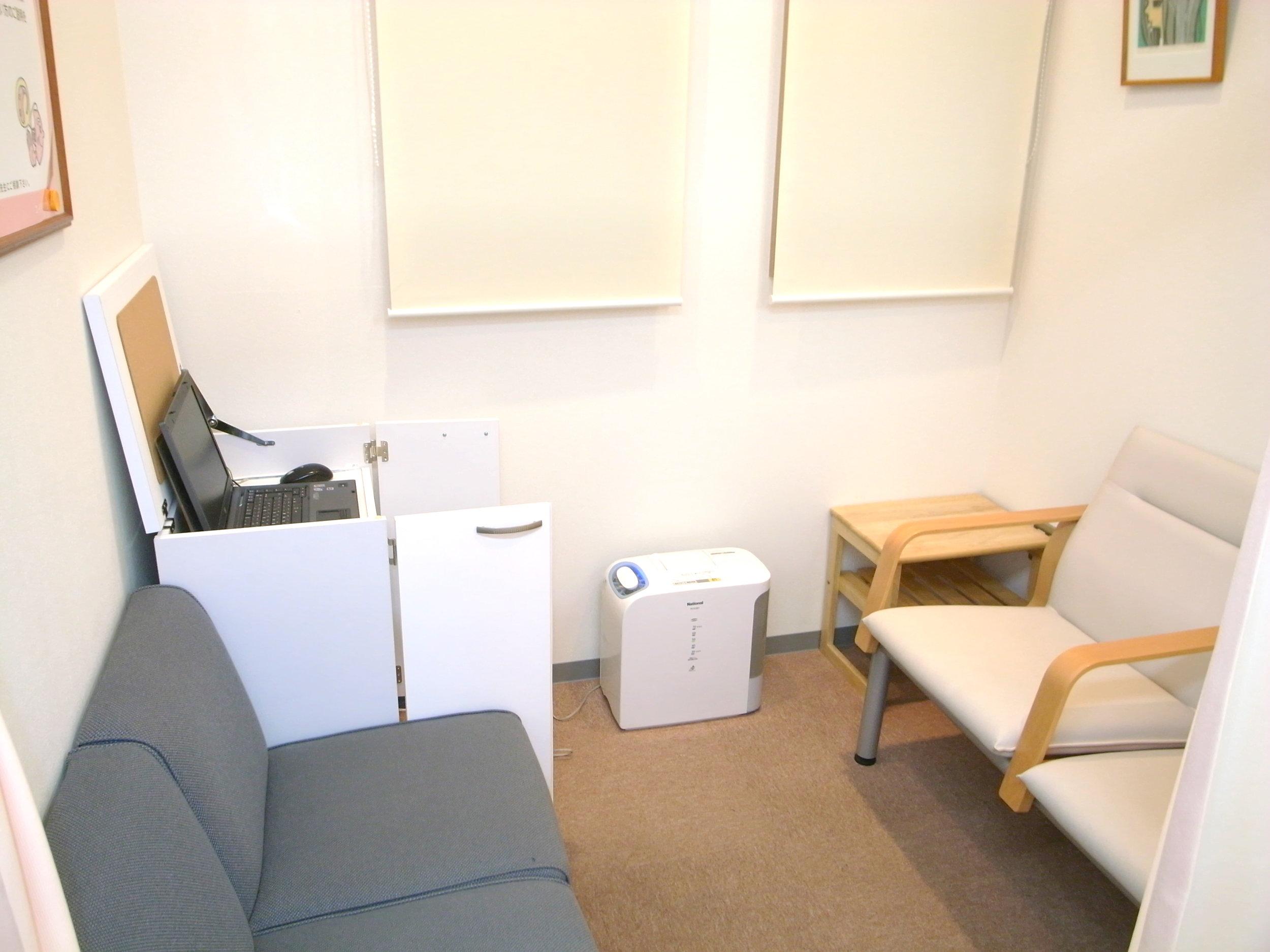 耳鳴り治療・補聴器相談室   カーテンで待合室と仕切られた空間で 補聴器の調整・相談を実施