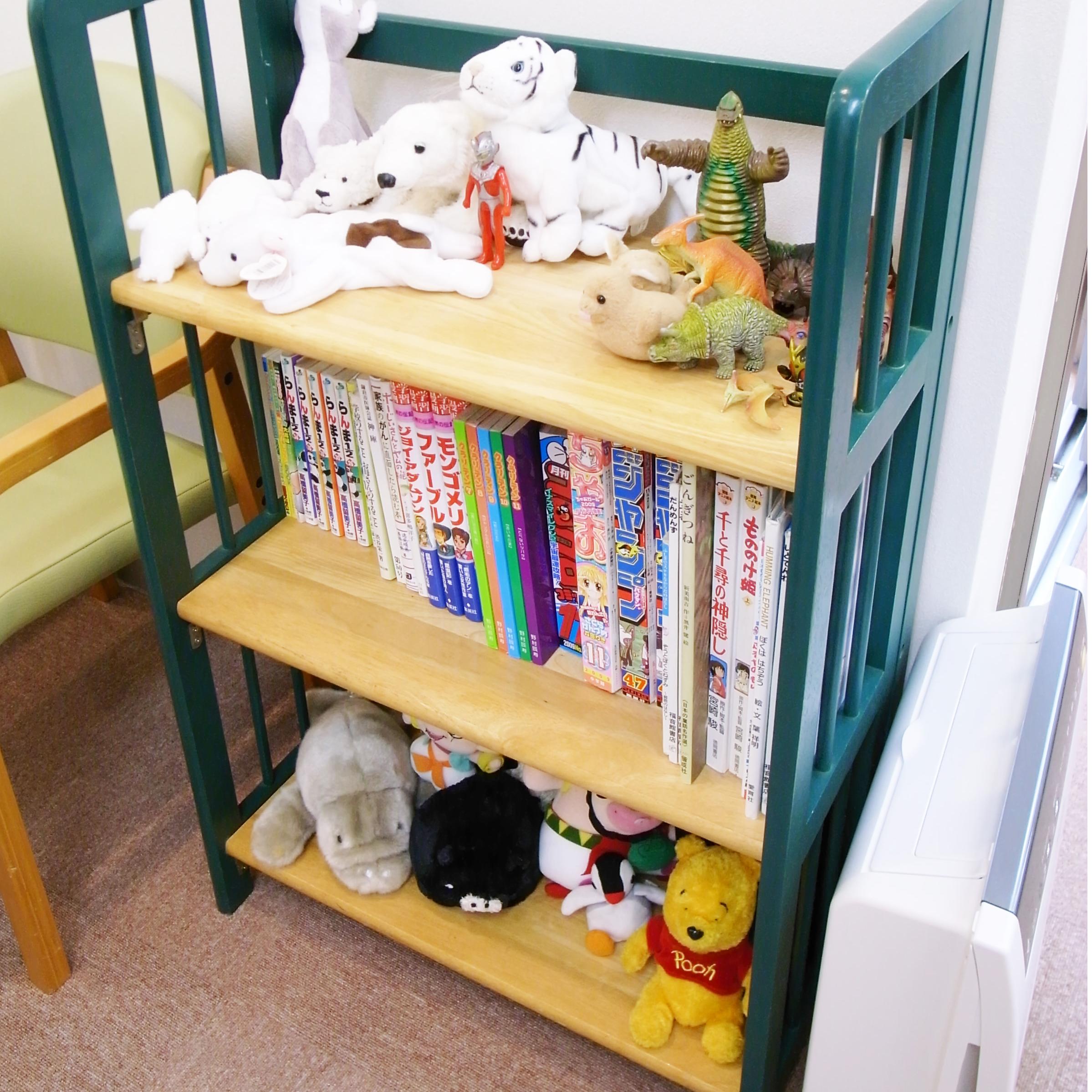 お子さん向け書籍   小さなお子さんが退屈しないよう絵本や ぬいぐるみを揃えてあります
