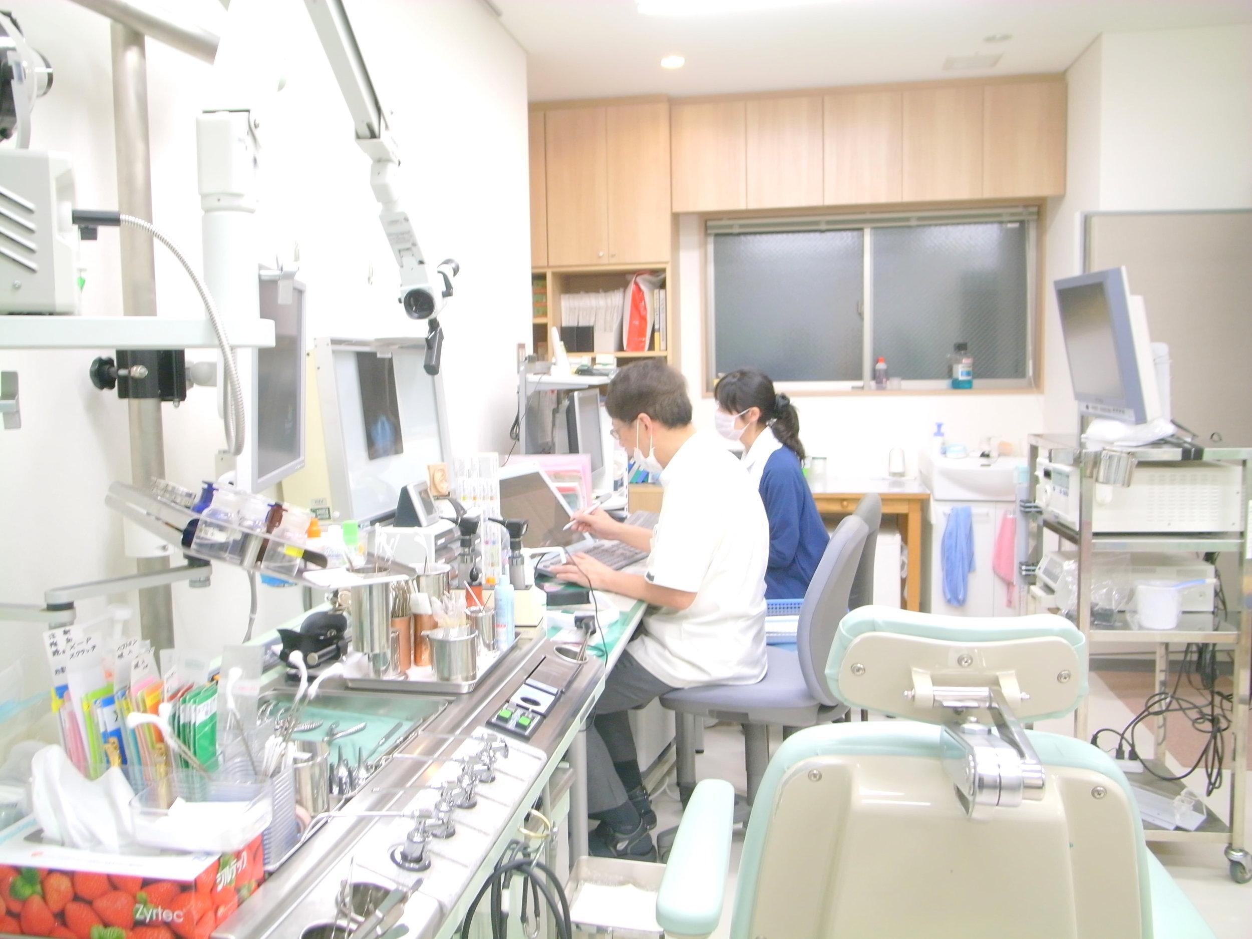 診察室②   医療クラークが常駐しカルテも電子化で 患者様と向き合う時間を増やす診察を